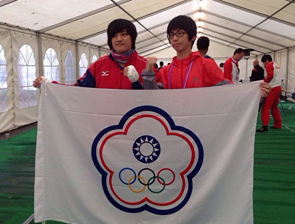 臺灣拳擊選手陳念琴(左)、林郁婷(右)於28 日晚間,在保加利亞世女青拳賽,分別擊敗中國大陸、土耳其選手,雙雙獲得金牌(教練曾自強提供)。(中央社)