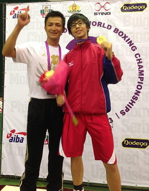 臺灣拳擊選手林郁婷(右)台灣時間28日深夜,在保加利亞世女青拳賽,擊敗土耳其選手,獲得金牌,並與教 練曾自強(左)合影(曾自強提供)。(中央社)