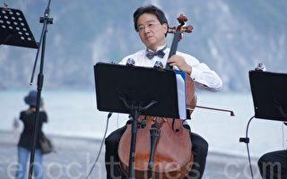 大提琴家張正傑教授的演湊。(詹亦菱/大紀元)