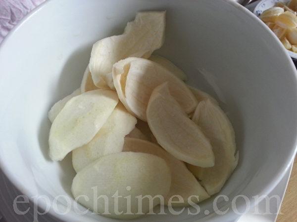 柠檬纵切4小块后,可像剥柳丁皮一样,将白色的那层皮剥掉(摄影:杨美琴/大纪元)