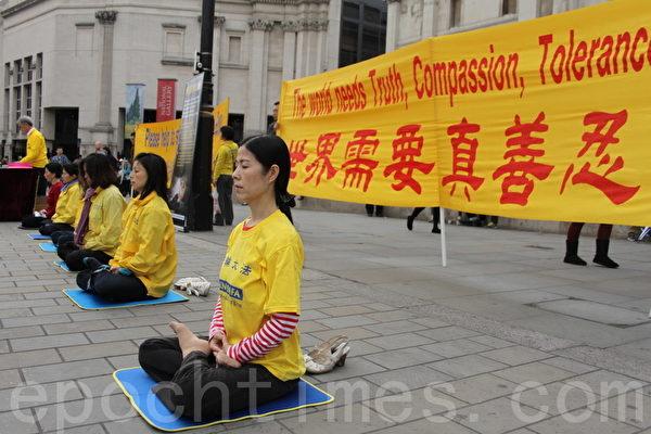 9月28日的星期六,部份英國法輪功學員在倫敦市中心的鴿子廣場集會,希望更多的民眾關注這個信仰真善忍的人群在大陸被迫害的現狀。(李景行/大紀元)
