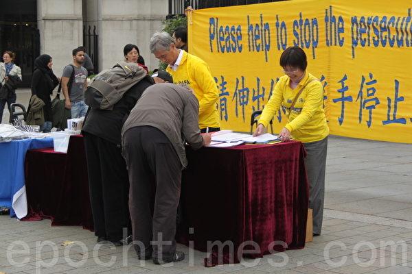 民眾紛紛在給聯合國人權委員會的征簽表上簽名,支持法輪功學員反迫害,敦促聯合國針對中共強摘法輪功學員器官的罪行採取行動。(李景行/大紀元)