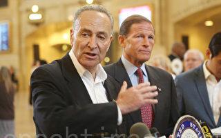 9月29日,舒默和布朗門塔爾在紐約的大中央車站呼籲,能源部及紐約州公共服務廳就此次斷電、停運進行獨立調查。 (杜國輝/大紀元)