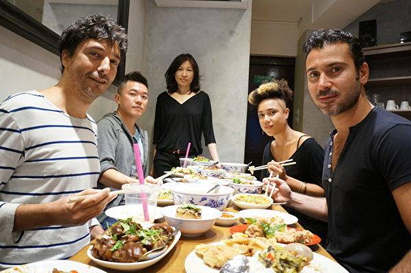 由旅英台灣女企業家林家青經營的老樹餐廳,最近在倫敦市中心開設分店,提供包括雞排飯、蚵仔煎、羊肉爐、鹽酥雞等道地美食,受到英國與歐洲饕客歡迎。(中央社)