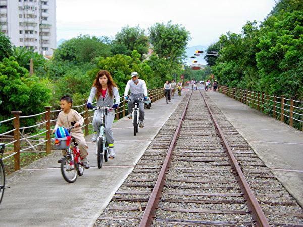 全家出游可骑车的不搭车,骑自行车增加运动量,帮助分解多余热量。可减肥免去糖尿病发部分因素。 (摄影:王嘉益  / 大纪元)