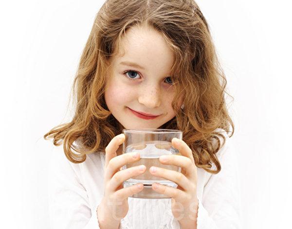普通的白开水对人体有诸多益处。(摄影:Sandra Brunsch/Fotolia)