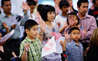 圖為洛杉磯市一個宣誓加入美國國藉的儀式。(Kevork Djansezian / Getty Images)