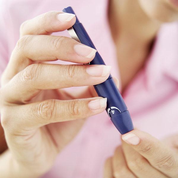 糖尿病患以血糖检仪自我测。(大纪元资料图片)