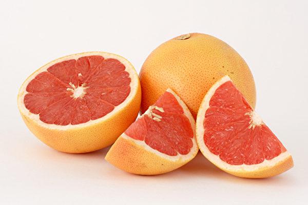 饭前吃半个葡萄柚的人,比不吃葡萄柚子的人减轻几磅。(大纪元资料图片)