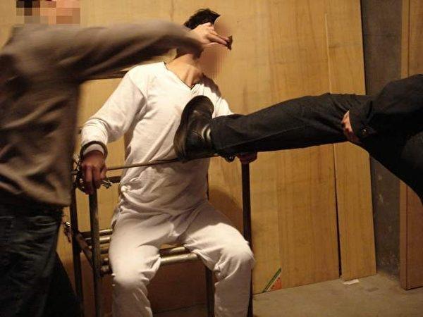 酷刑演示图:警察对被固定着的雷明拳打脚踢。 (明慧网)