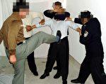 酷刑演示圖:警察對被固定著的法輪功學員用腳踢踹。(明慧網)