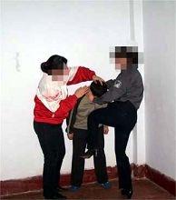 酷刑演示:恶警毒打法轮功学员,用膝盖猛击心脏部位。(图片来源:明慧网)