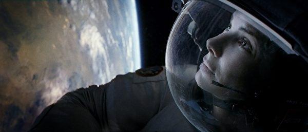 珊卓•布拉克在《地心引力》中的剧照。(华纳兄弟提供)