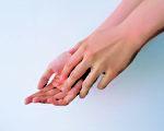 正常、健康的皮肤上面覆盖了一层薄薄的天然油脂层或是含脂肪的物质,它们保住了水分,让皮肤保持柔软。一旦去掉了这些油脂,皮肤就失去了保护。(肤润康提供)