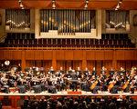 神韻交響樂團於九月二十七日晚在肯尼迪藝術中心音樂廳首演,拉開了2013年巡迴演出的序幕。音樂優美動人,演奏扣人心弦,時而熱情激昂、時而含蓄沉靜,觀眾互動熱烈。(李莎/大紀元)