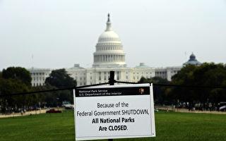 在距离闭门期限只有几个小时之际,美国国会周五(4月28日)通过短期支出法案,允许政府下周继续运行一周。图为2013年10月3日,美国华府国会山前,政府机构所张贴的消息。(JEWEL SAMAD/AFP/Getty Images)
