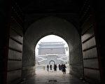 """中共高层公开分裂加剧并向地方蔓延,近日,中共的群众路线教育实践活动领导小组印发通知,称要坚决反对和纠正""""表面一团和气、实际上相互较劲设防的假团结""""。图为,北京天安门附近城楼。(WANG ZHAO/AFP/Getty Images)"""
