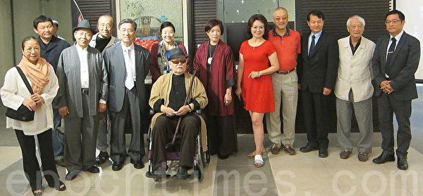 國父紀念館中山國家畫廊於10月5日至27日止,邀請旅法藝術家李惠芳(右六)舉辦油畫展。右三為國父紀念館館長王福林。(鍾元/大紀元)
