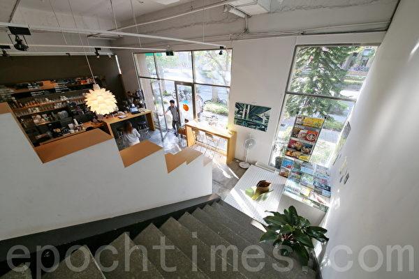 """""""5 Senses café""""2楼往下可以看见进来的客人与整个热闹的吧台。(庄孟翰/大纪元)"""