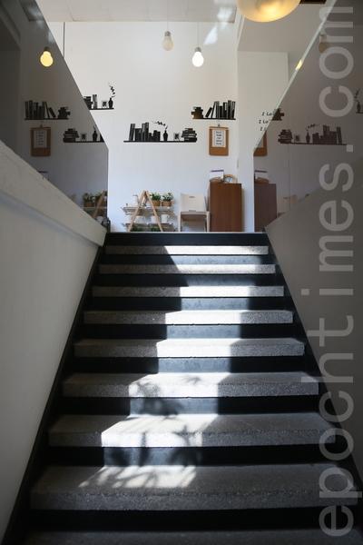 """""""5 Senses café""""窗外的阳光洒在通往2楼的石磨楼梯。(庄孟翰/大纪元)"""