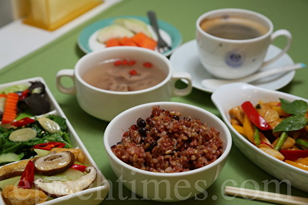 中午的康健餐有红豆饭,搭配多种蔬菜,足够提供人体一整天需要的纤维质。(庄孟翰/大纪元)