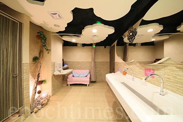 宽敞的女厕,散发着淡淡花香,一入门就有座舒适双人沙发。(庄孟翰/大纪元)