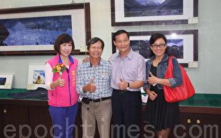 立委吕玉玲(左)、市长陈万得(右2)和与会贵宾在李小石遗作展前合影(陈建霖/大纪元)