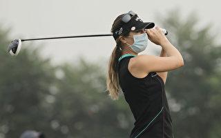 尷尬奇景!北京高球賽選手戴口罩抗霧霾