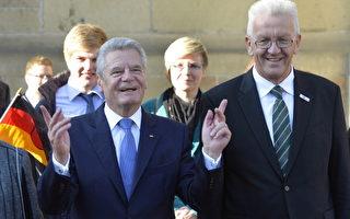 """德国总统高克(左)在统一日庆典演讲展示了一个""""成熟德国""""的形象。右为巴符州州长Kretschmann。(THOMAS KIENZLE/AFP/Getty Images)"""
