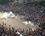 6日,穆斯林兄弟会支持者再度在埃及各地示威,引发冲突,至少50人死亡、268人受伤。图为警方与穆兄会在开罗街道上冲突。(AFP)
