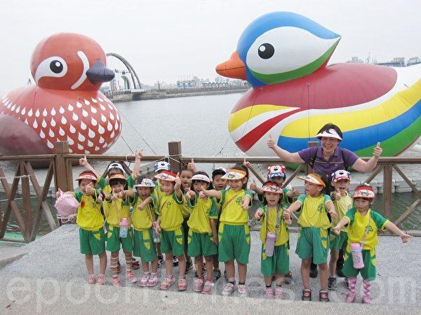 配合國慶活動,南寮地中海展出一對大鴛鴦,小朋友開心的爭相與它合影(鄒莉 /大紀元)