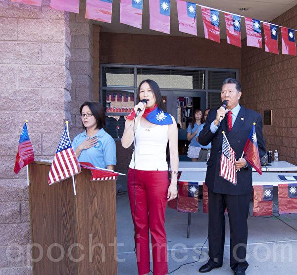 10月6日,美國加州聖地亞哥僑學界舉行升旗和晚宴慶祝中華民國成立102年。圖為當日上午在逸仙中文學校升旗典禮上,陳玫秀(中)和孟憲嘉(右)帶領眾人唱國歌。左為司儀、逸仙中文學校副校長張慧娟。(楊婕/大紀元)