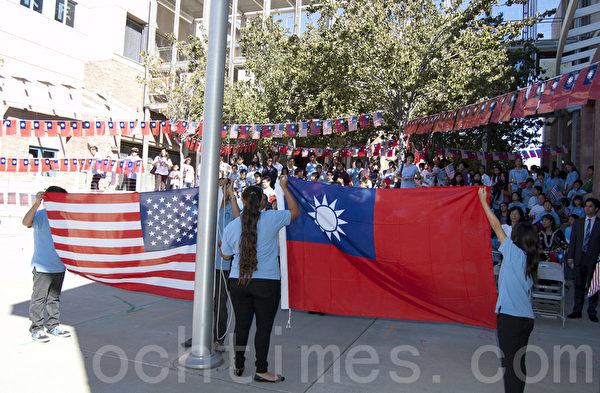 10月6日,美國加州聖地亞哥僑學界舉行升旗和晚宴慶祝中華民國成立102年。圖為當日上午在逸仙中文學校的升旗典禮。(楊婕/大紀元)