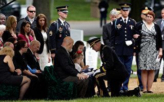 美国政府关门停摆,连军方发给阿富汗阵亡战士的抚恤金也搁置。图为5月20日,在阿灵顿国家公墓举行阵亡战士丧礼。(Win McNamee/Getty Images)