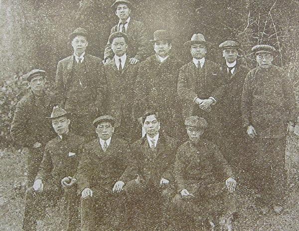 1911年国父在加拿大温哥华士丹利公园与同盟会同志及洪门致公堂职员合影 。(钟元翻摄/大纪元)