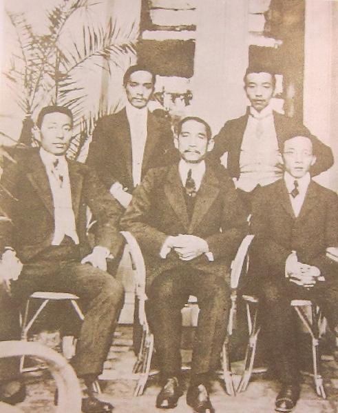 1908年国父赴比利时组织革命团体时,与当地学生合影。(钟元翻摄/大纪元)