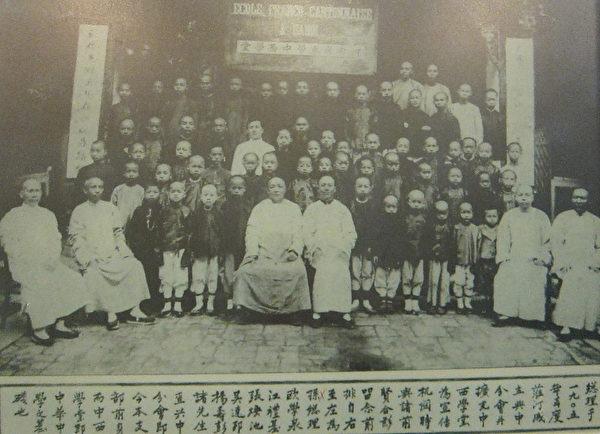 安南中西学堂师生合影─1905年国父由日本前往安南,曾在河内指导广东华侨成立中西学堂。(钟元翻摄/大纪元)