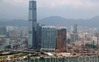 十一黃金周並未對香港豪宅銷情帶來助益,四大地產商為迎戰辣招及一手樓新例,先後變相減價出售豪宅,有專家分析,豪宅降價將會帶動中小型住宅跌勢,又預測樓市將在明年出現大幅調整。(潘在殊/大紀元)