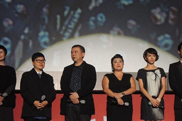 《總舖師》於釜山影展戶外電影院舉行國際首映,劇組大陣丈出席。(左起)監製李烈、監製葉如芬、導演陳玉勳、演員林美秀、演員夏于喬、演員楊祐寧。(台北市電影委員會提供)