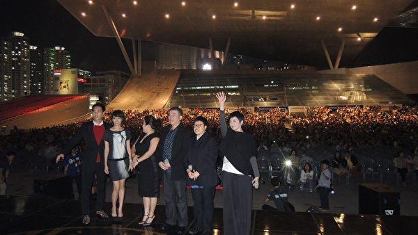 演員於開場前以韓文向觀眾打招呼,南韓觀眾掌聲不斷。(右起)監製李烈、監製葉如芬、導演陳玉勳、演員林美秀、演員夏于喬、演員楊祐寧。(台北市電影委員會提供)