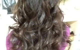 飘逸的长卷发,加染上金棕色,既增加了发型的时尚感,也衬托出了女性白皙通透的肌肤,尽显唯美明星范儿。(商家提供)