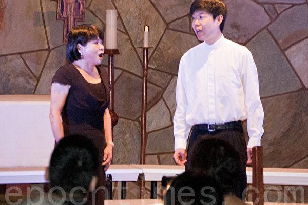 聖地亞哥林秋美聲樂教室10月5日晚舉辦2013年美聲藝術演唱會。圖為徐麗雲(左)和劉鈞凱演唱百老匯音樂劇《西城故事》選曲。(楊婕/大紀元)