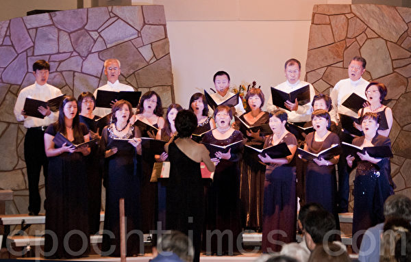 聖地亞哥林秋美聲樂教室10月5日晚舉辦2013年美聲藝術演唱會。圖為林秋美(中間背對讀者)指揮合唱。(楊婕/大紀元)
