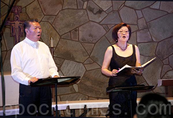 聖地亞哥林秋美聲樂教室10月5日晚舉辦2013年美聲藝術演唱會。圖為孟憲嘉、周瑾夫婦演唱中國歌曲《默契》。(楊婕/大紀元)