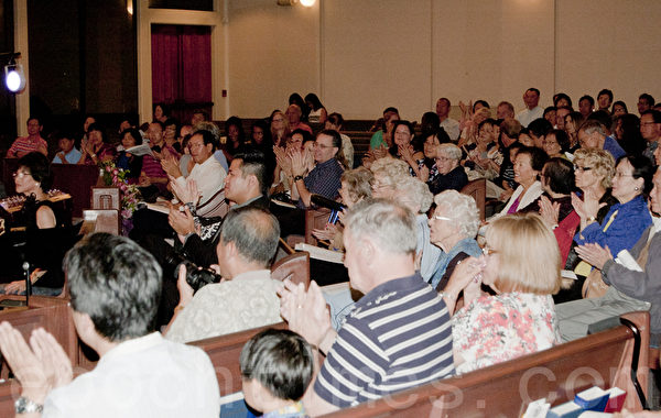 聖地亞哥林秋美聲樂教室10月5日晚舉辦2013年美聲藝術演唱會。現場400餘名觀眾對每一首歌唱報以熱情的掌聲。(楊婕/大紀元)