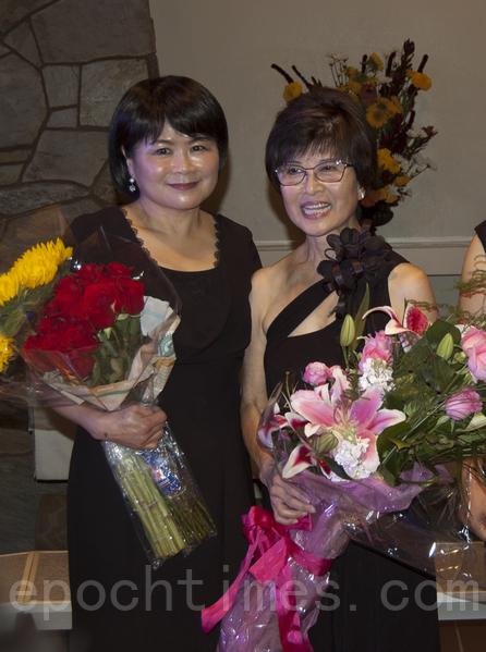 聖地亞哥林秋美聲樂教室10月5日晚舉辦2013年美聲藝術演唱會。圖為演唱會結束後林秋美(右)和學生合影。左為徐麗雲。(楊婕/大紀元)