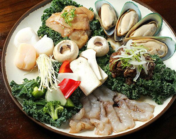 含虾、扇贝、鸡肉、烧肉、蔬菜和蘑菇的海鲜烤肉合盘。(摄影:张学慧/大纪元)
