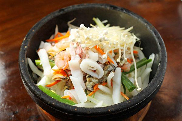 海鲜石锅拌饭。(摄影:张学慧/大纪元)