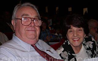醫生Robert Battle先生與妻子Cecilia對神韻交響樂團的指揮們讚不絕口。(攝影: 于欣然/大紀元)