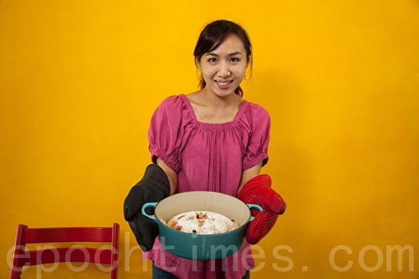 达人宋雅雯将烤好的无糖免揉面包和烤锅,从烤箱中取出。(庄孟翰/大纪元)